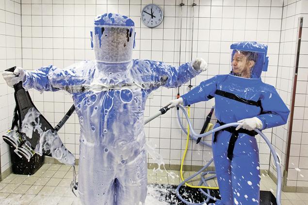 Медикам и волонтерам приходится быть максимально осторожными, чтобы не подхватить лихорадку. Она очень заразна. Фото: REUTERS