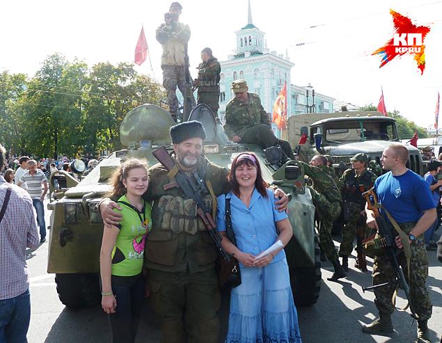 Луганчанки хотят на память фото с ополченцем Николаем Фото: Николай ВАРСЕГОВ