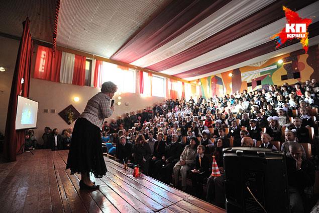 В актовом зале идет утренник Фото: Виктор ГУСЕЙНОВ