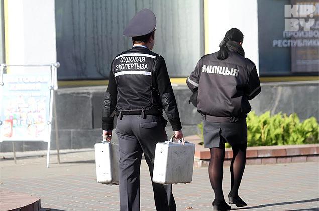 В здание вошли сотрудники Комитета судебных экспертиз. В руках у них - рабочие чемоданчики с оборудованием. Фото: Павел МАРТИНЧИК
