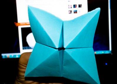 Чтобы определить, какое из написанных внутри предсказаний тебе выпадет, такую гадалку-оригами надо было несколько раз раскрыть и закрыть, «перемешивая» их. Фото origami-blog.net.