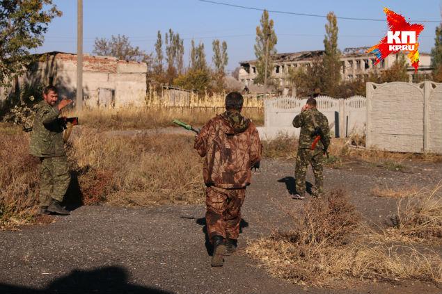 «Феникс» дает команду на выдвижение в промежутке между минометными обстрелами. Фото: Александр КОЦ, Дмитрий СТЕШИН