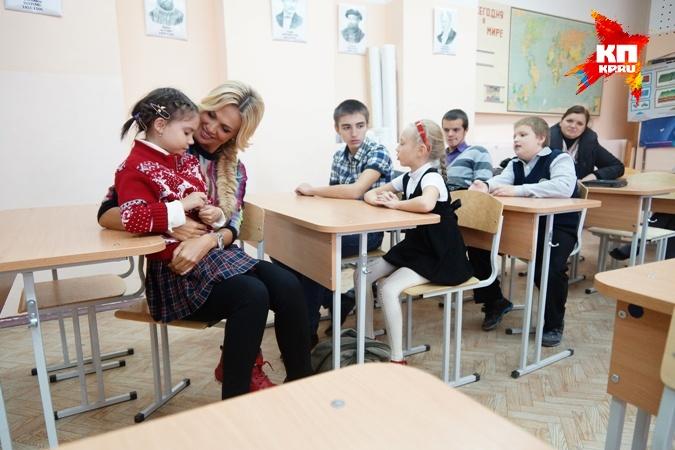 Виктория умеет быть и очень нежной. В одной из школ Екатеринбурга с учениками-беженцами Фото: Алексей БУЛАТОВ