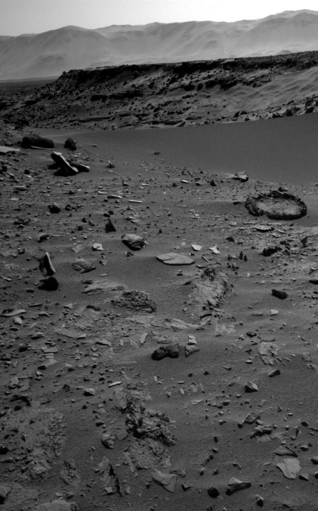 Фото с сайта НАСА: левитирующий камень просто бросается в глаза.