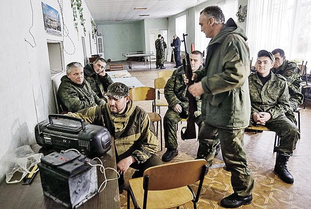 Ополченцы в Донбассе внимательно слушали московскую пресс-конференцию. «Если Украина хочет восстановить мир и территориальную целостность, то нужно уважать людей, которые живут на юго-востоке», - заявил Путин. Фото: REUTERS