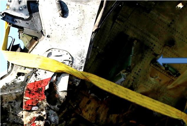 Место закладки ВУ. Видим пробоину переднего щита с вывернутым наружу металлом.