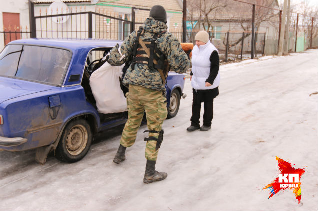 Ополченцы привезли еду местным жителям. Фото: Александр КОЦ, Дмитрий СТЕШИН