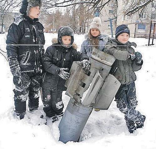 Луганская область, город Стаханов. Эти дети не играют в войну.  Она - у них во дворах. Как эта неразорвавшаяся украинская ракета. Фото: twitter.com