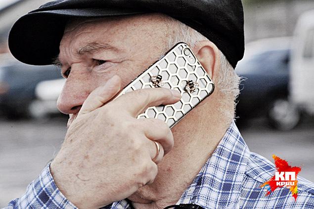 В память о пасеках, оставшихся вПодмосковье, экс-мэр завел себе сотовый телефон сзолотыми пчелками. Фото: Виктор ГУСЕЙНОВ