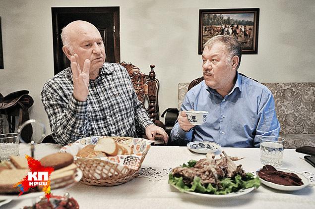 Расплатиться со «скотником-юниором» хозяин обещал в августе, когда греча созреет. А пока решил угостить простой крестьянской едой. Фото: Виктор ГУСЕЙНОВ