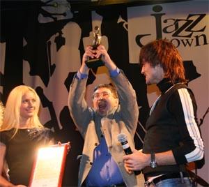 Заслуженная награда за победу в тиражной гонке в руках заместителя главного редактора «КП» Сергея Пономарева.