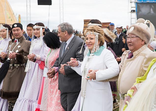 Матвиенко часто ездит по регионам. В Якутии главу Совфеда встретили как родную: попросили надеть национальный костюм и взяли в хоровод. Фото: пресс-служба СФ
