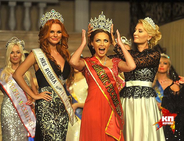 Вручение короны победительнице конкурса. Фото: Евгения ГУСЕВА