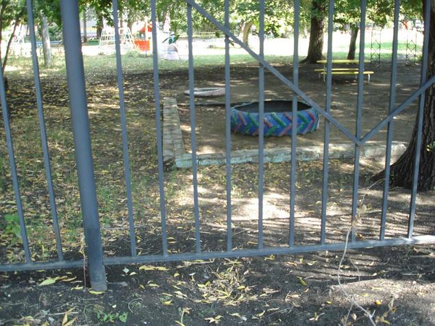 Беглецы несколько дней рыли подкоп под забором детскими совочками Фото: Ульяна ШЕВЧЕНКО