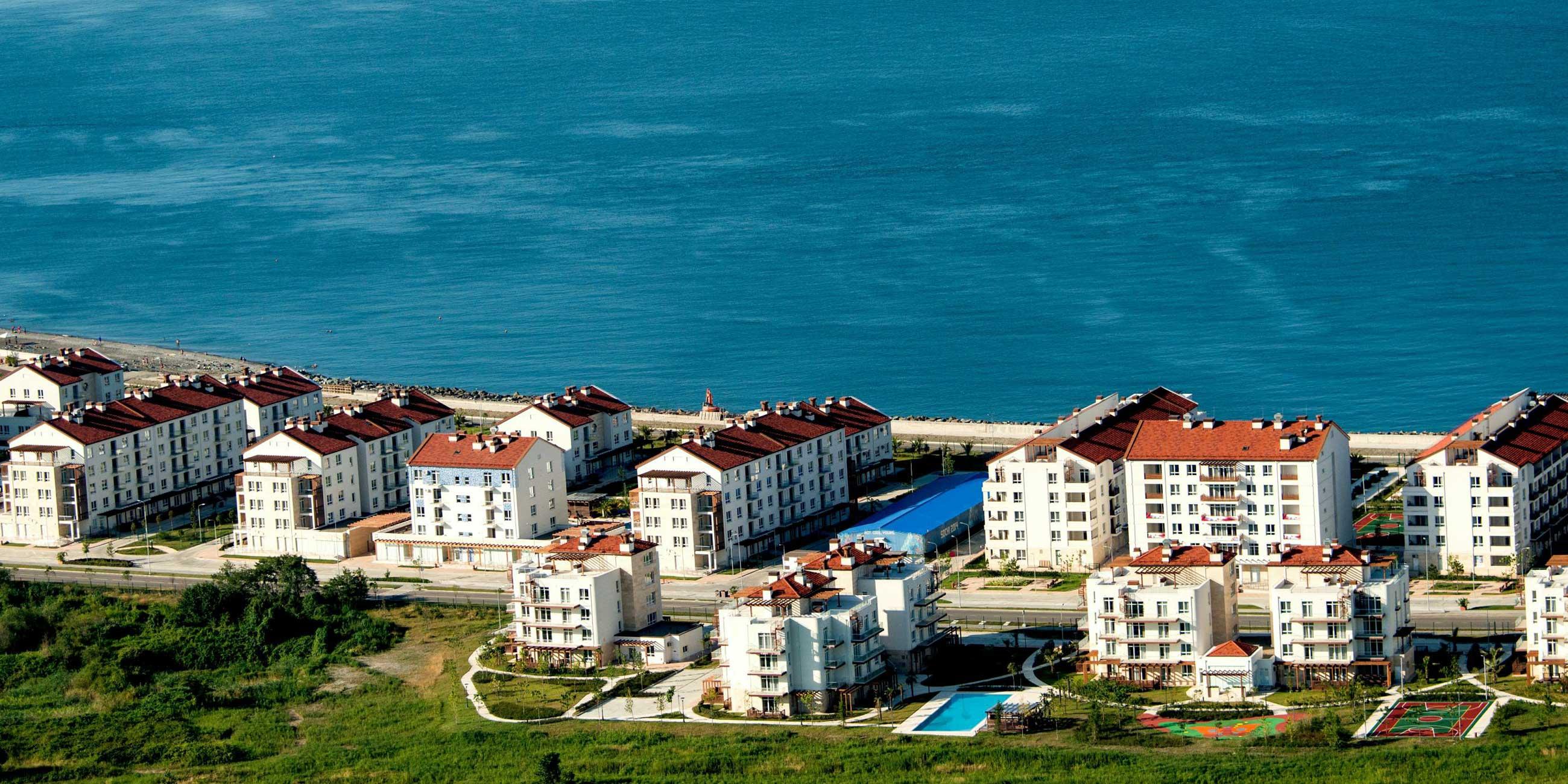 Олимпийская деревня удачно расположена: у самого моря, с видом на горы и рядом со спортивными объектами.Фото: globallookpress.com