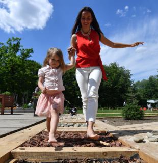 мать и дочь в парке