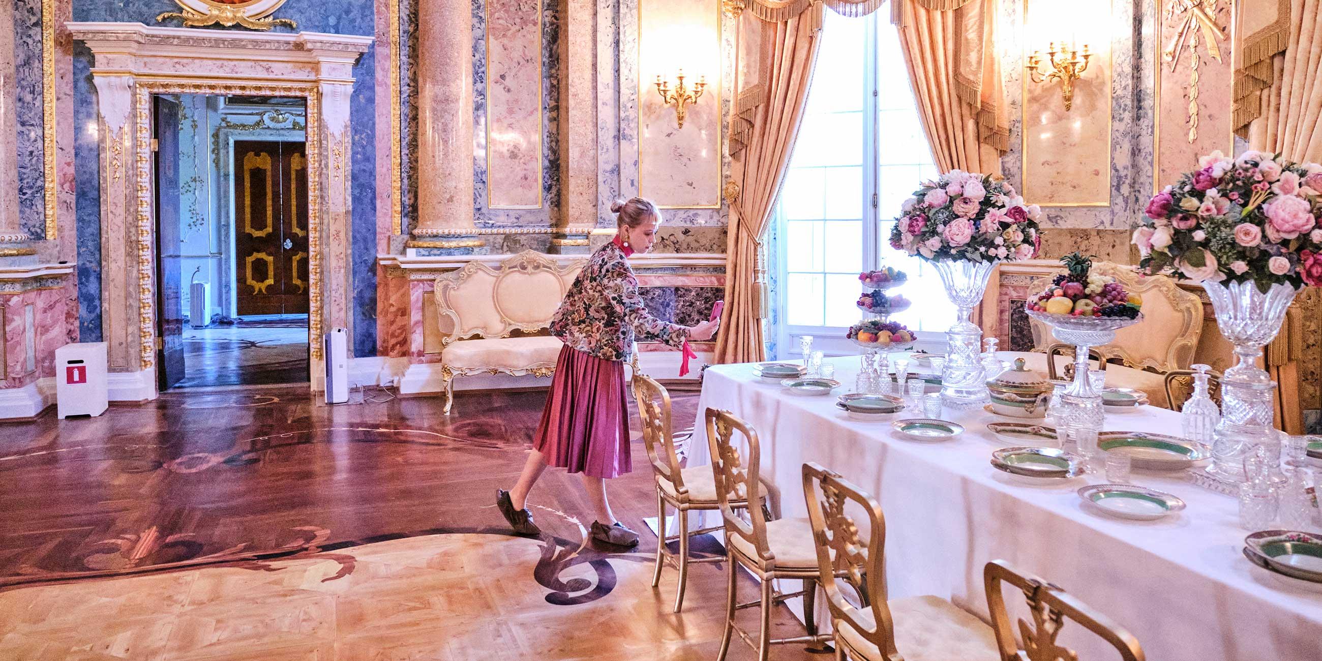 девушка в комнате дворца