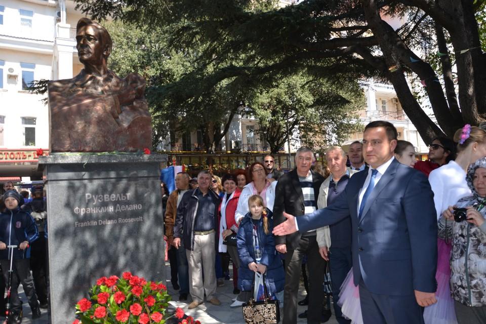 Глава Ялты Андрей Ростенко поддержал инициативу общественности и сделал городу подарок. Фото: пресс-служба администрация Ялты.