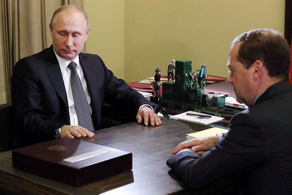 Судя по фото из резиденции президента Бочаров ручей, перед Путиным толстенный «гроссбух», принесенный Медведевым. Особых подробностей об этом плане не последовало