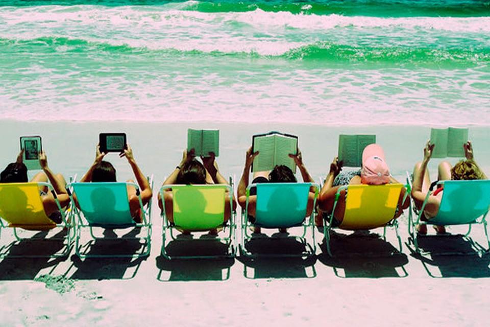 Картинки по запросу с книжкой на пляже