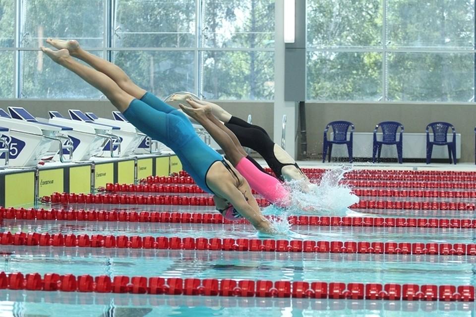 Молодые девушки тренируются в бассейне смотреть онлайн фото 683-498