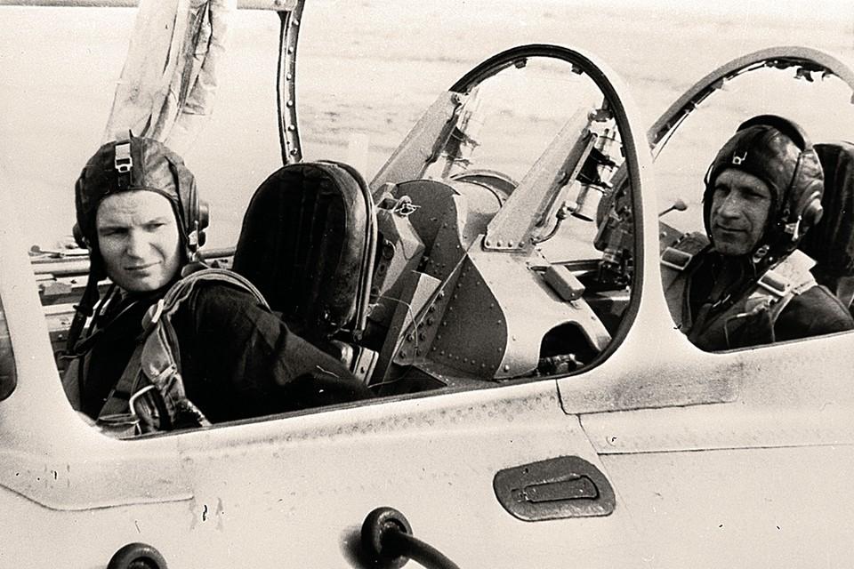 Июль 1967 года. Валентина Терешкова (слева) и Владимир Серегин возвращаются из тренировочного полета. До рокового полета Серегину остается меньше года.