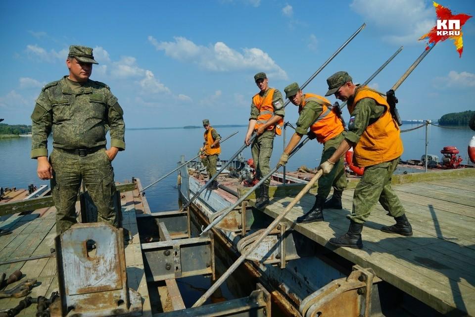 Военнослужащие железнодорожных войск ЦВО тренировались в наведении понтонных мостов.