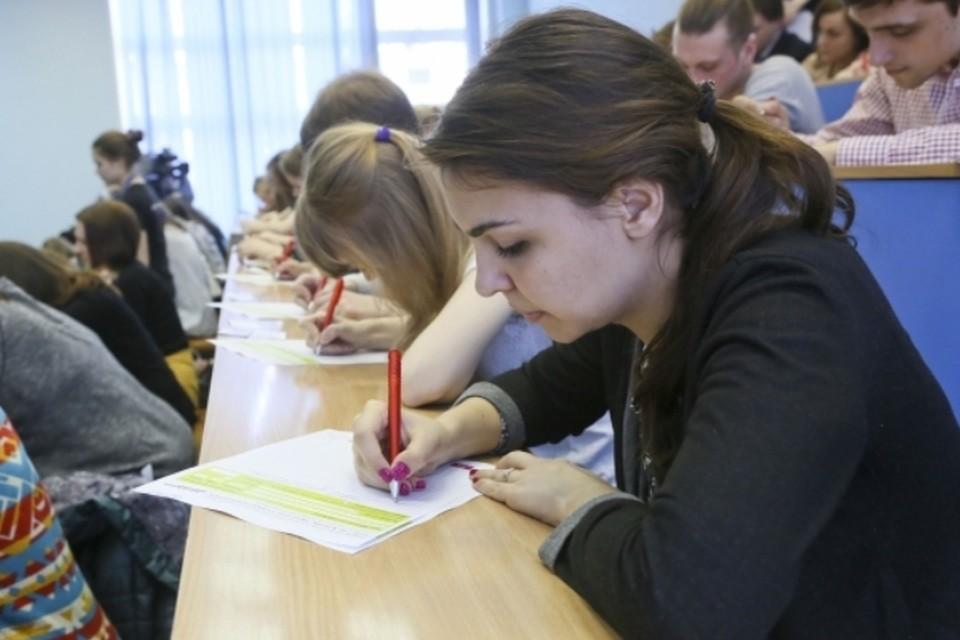 Все вузы Петербурга укомплектованы первокурсниками с достойным баллом ЕГЭ
