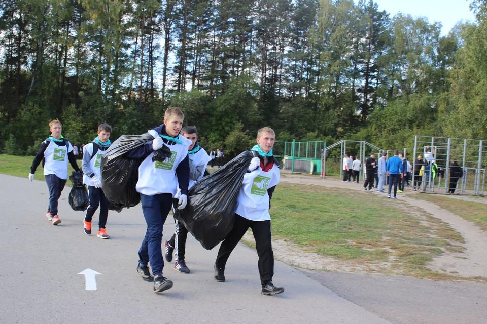 Участники соревнований должны были собрать максимальные объемы мусора и отсортировать пластик, железо, бумагу, стекло.