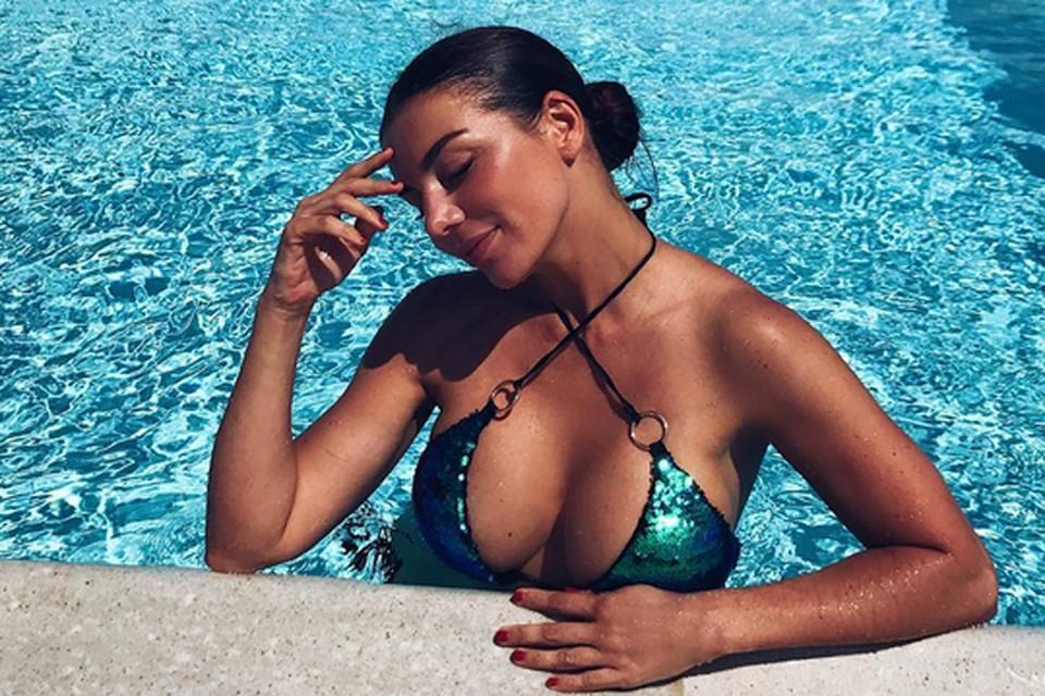 Анна Седокова выглядит потрясающе. Бюст 34-летней певицы так и просится наружу из тесного бикини.