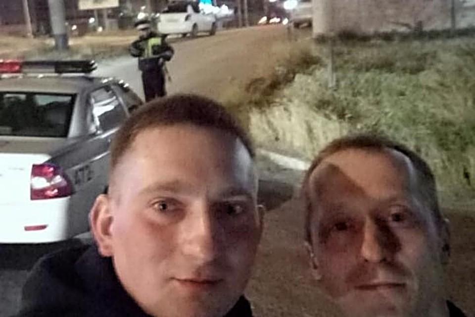 Два приятеля отдыхали в местном баре в тот момент, когда объявили эвакуацию. Мурманчане отнеслись к ситуации с иронией и даже сделали совместный снимок на фоне полицейской машины. Фото: Евгений Носов