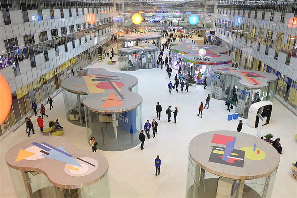 Октябрь 2016 года, посетители на выставке в рамках форума `Открытые инновации`в Сколково.