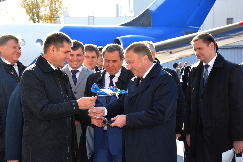 Директор СибНИА вручает премьер-министру Белоруссии небольшой подарок - модель самолета Ан-2.