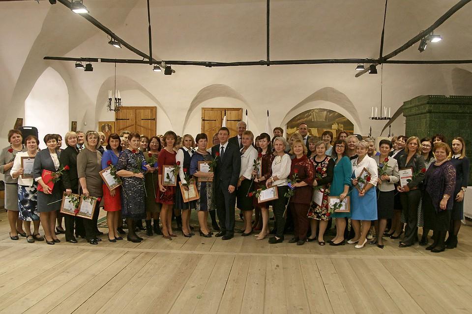 Русские ученицы отдаются учителям за оценку