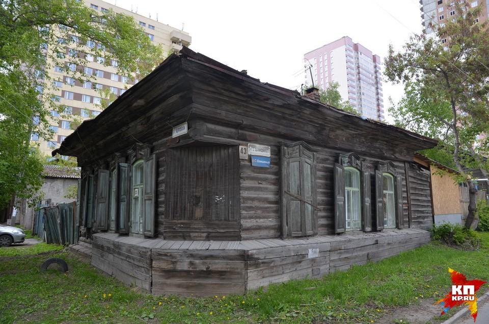 Дом, где жила Янка Дягилева, находится на пересечении улиц Ядринцевской и Семьи Шамшиных.