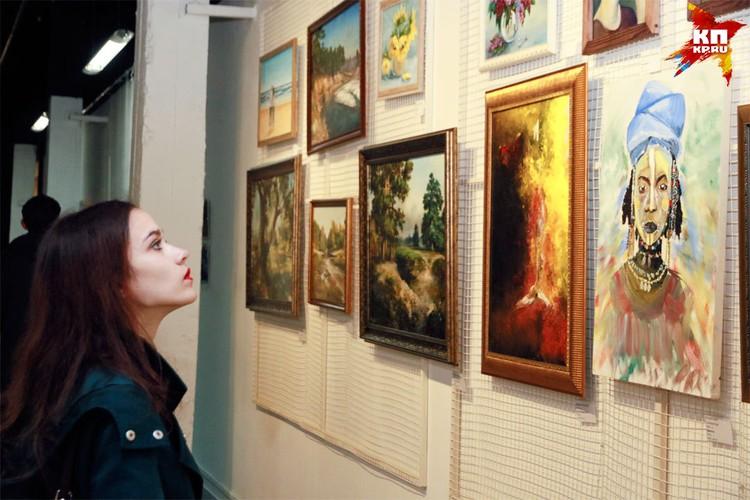В «Руспублике ИЗО» представили свой картины больше 100 художников.