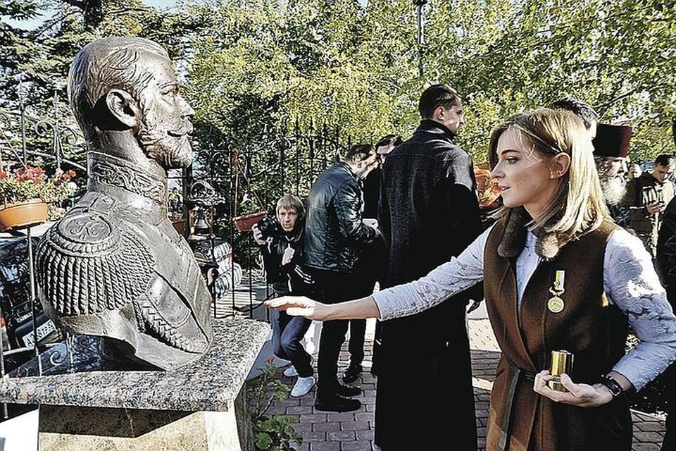 Наталья Поклонская у памятника Николаю II. Она считает, что он мироточил. Фото: Виталий ПАРУБОВ
