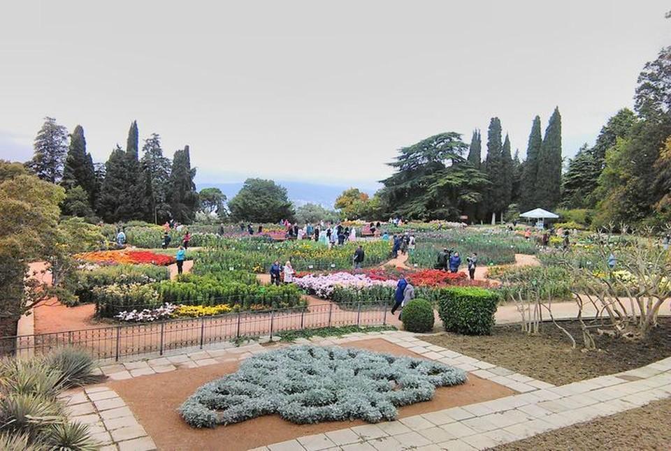 Огромный «цветок» с восьми разноцветными лепестками занимает 773 квадратных метра.