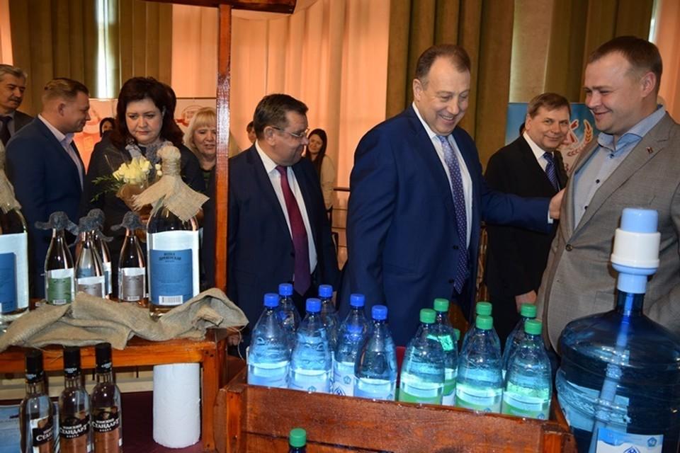 Вице-губернатор Андрей Кнорр высоко оценил продукцию, представленную на выставке-дегустации «Новинки-2017».