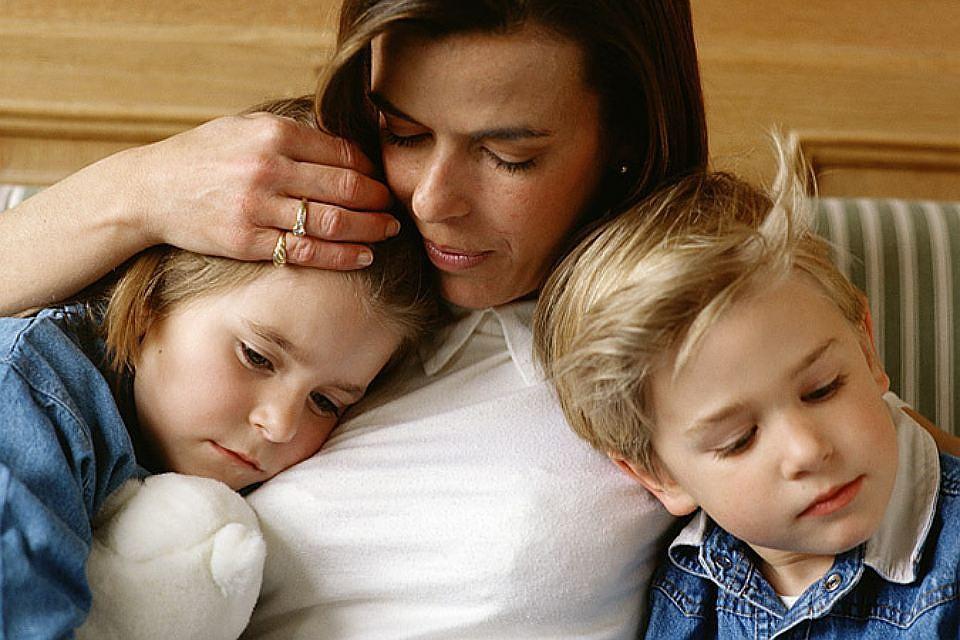 Мама с дочкой стоят раком перед сыном