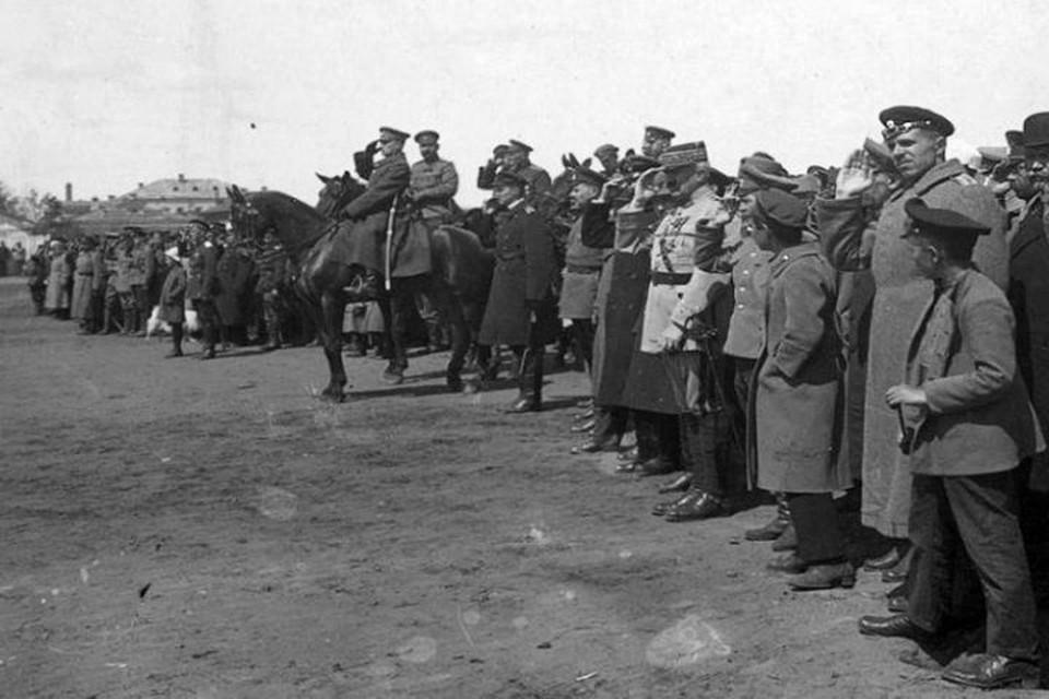 Адмирал Колчак на параде в Екатеринбурге в 1919 году. Фото: Госархив