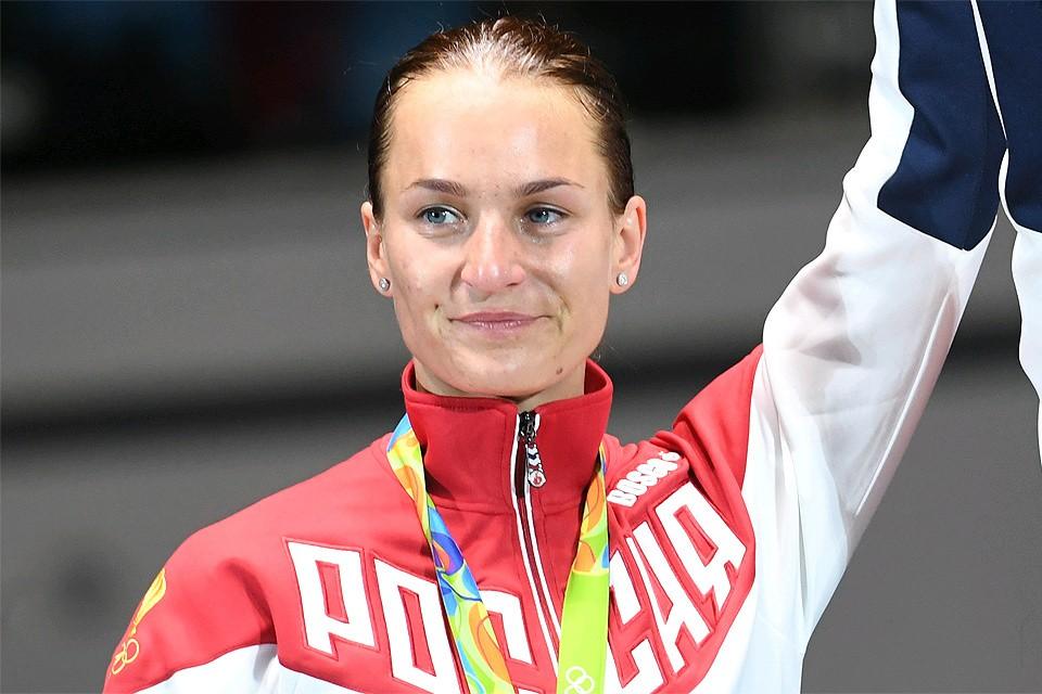 Россиянка Софья Великая на пьедестале почета олимпиады в Рио-де-Жанейро, 2016 год.