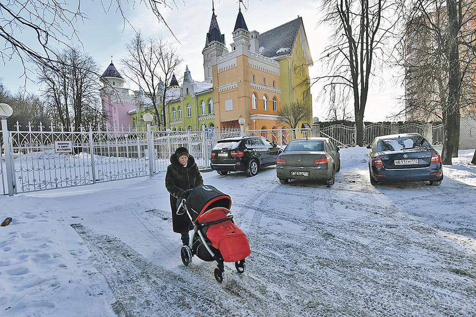 Это не замок нуворишей, а обычный детский сад.