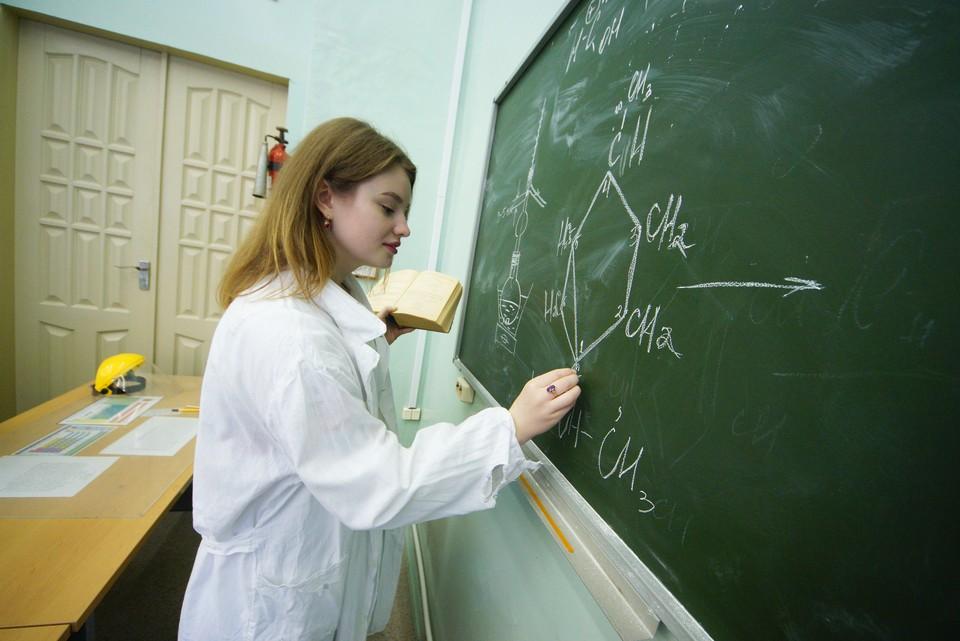 Российские студенты-химики в лаборатории во время занятий.