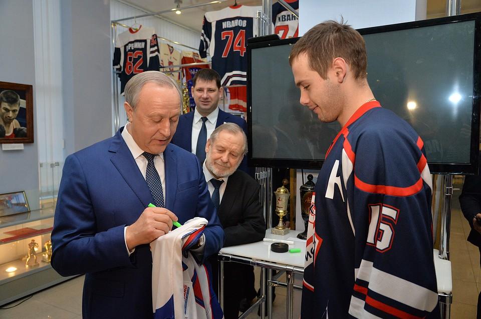 Валерий Радаев вручил новую форму хоккейному клубу «Кристалл»