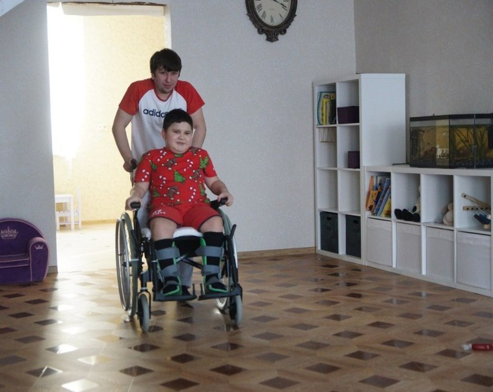 Уралец стал отцом для неизлечимо больного мальчика, которого бросил родной папа