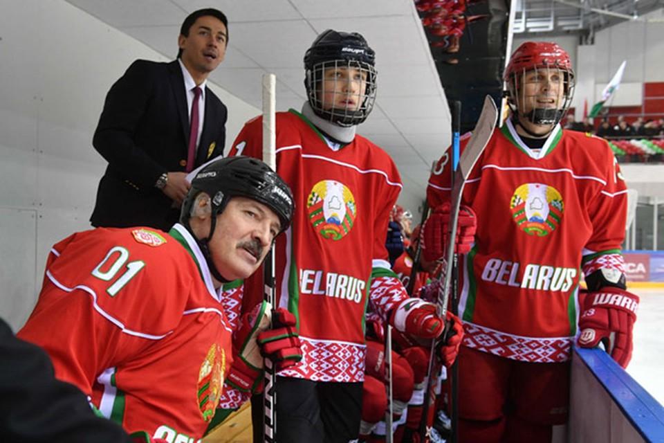Александр и Николай Лукашенко вместе сыграли в хоккей с командой ветеранов Швейцарии. Фото:president.gov.by.