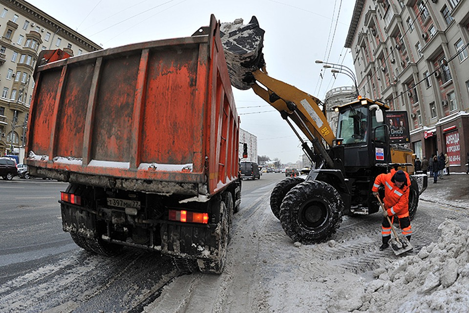 Нормативы обязывают вывезти весь снег в течение недели