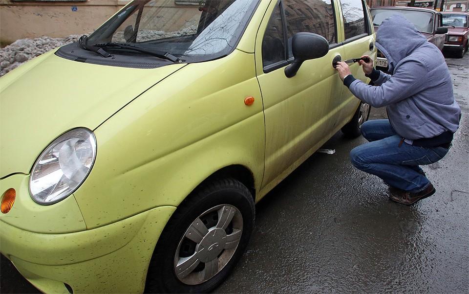 Угон автомобилей бюджетного типа происходит как и раньше - варварски взломав замок «сверткой» или «проворотом».