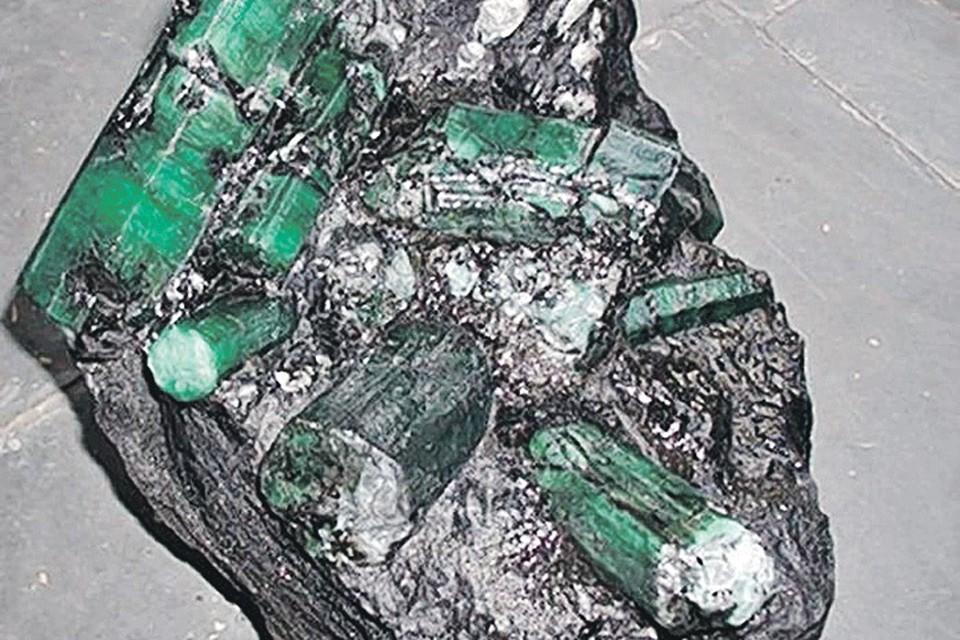 Найденный на Урале изумруд весом 1,6 кг, конечно, велик, но до «Баии» ему далеко! Фото: ОП «Малышева»